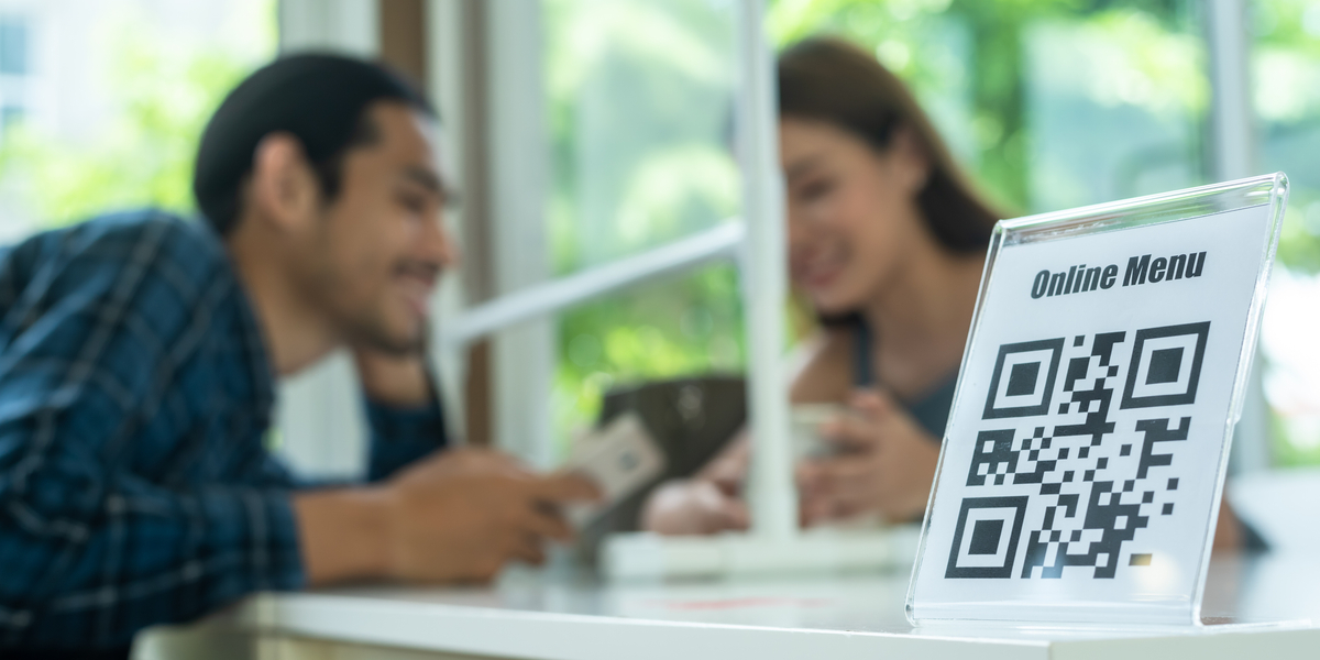 couple using qr to order